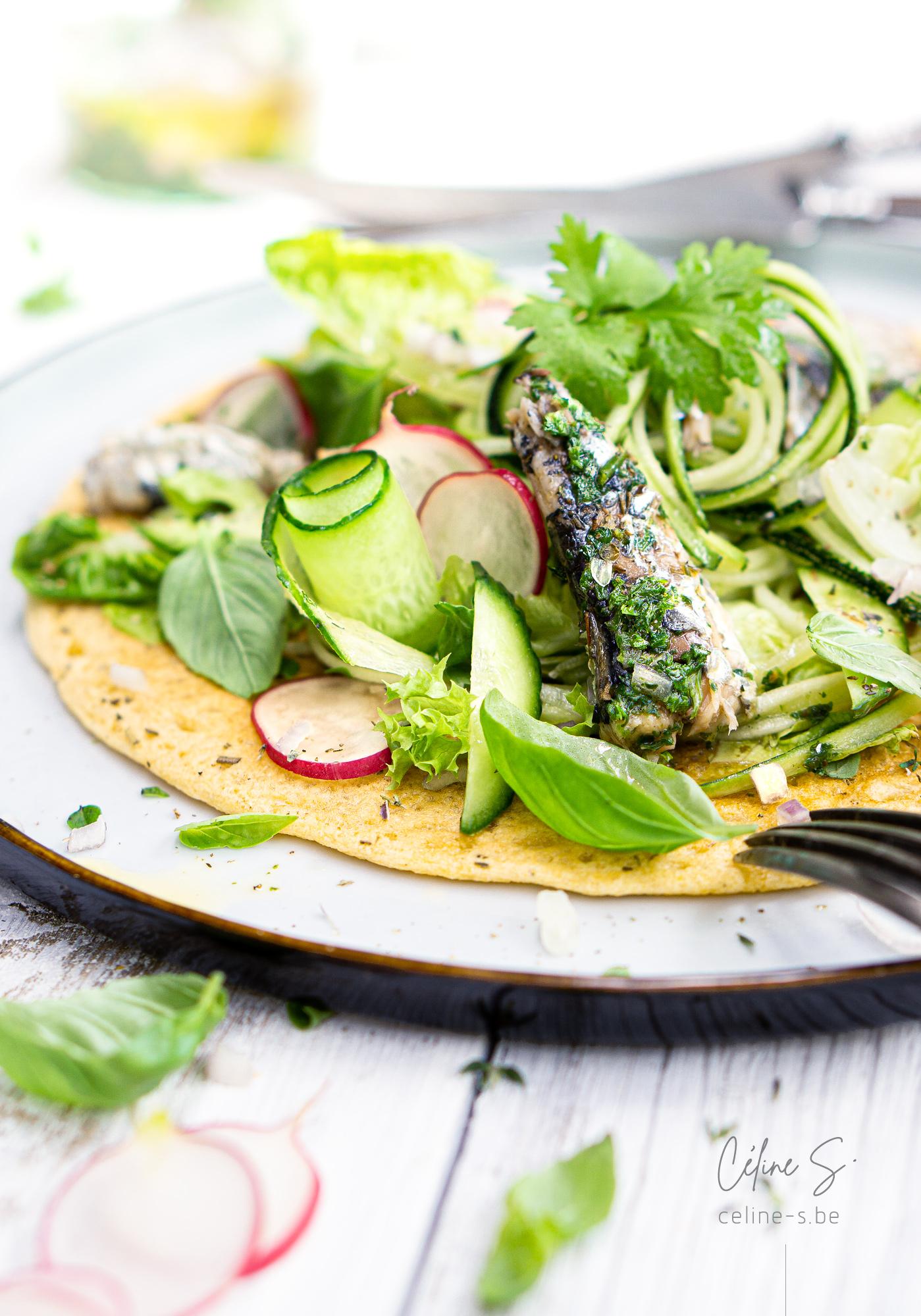 Céline Stiévenard - food photo - photographe et styliste culinaire - galette de pois chiche salade et sardines - vinaigrette - Liège, Belgique