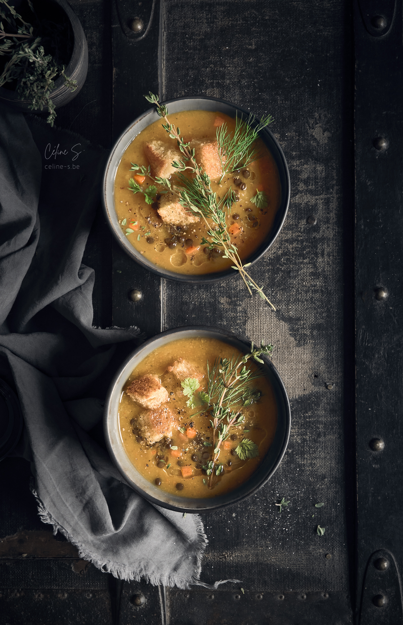Céline Stiévenard - food photo - photographe et styliste culinaire - photo de soupe potimarron et croûtons - Liège, Belgique