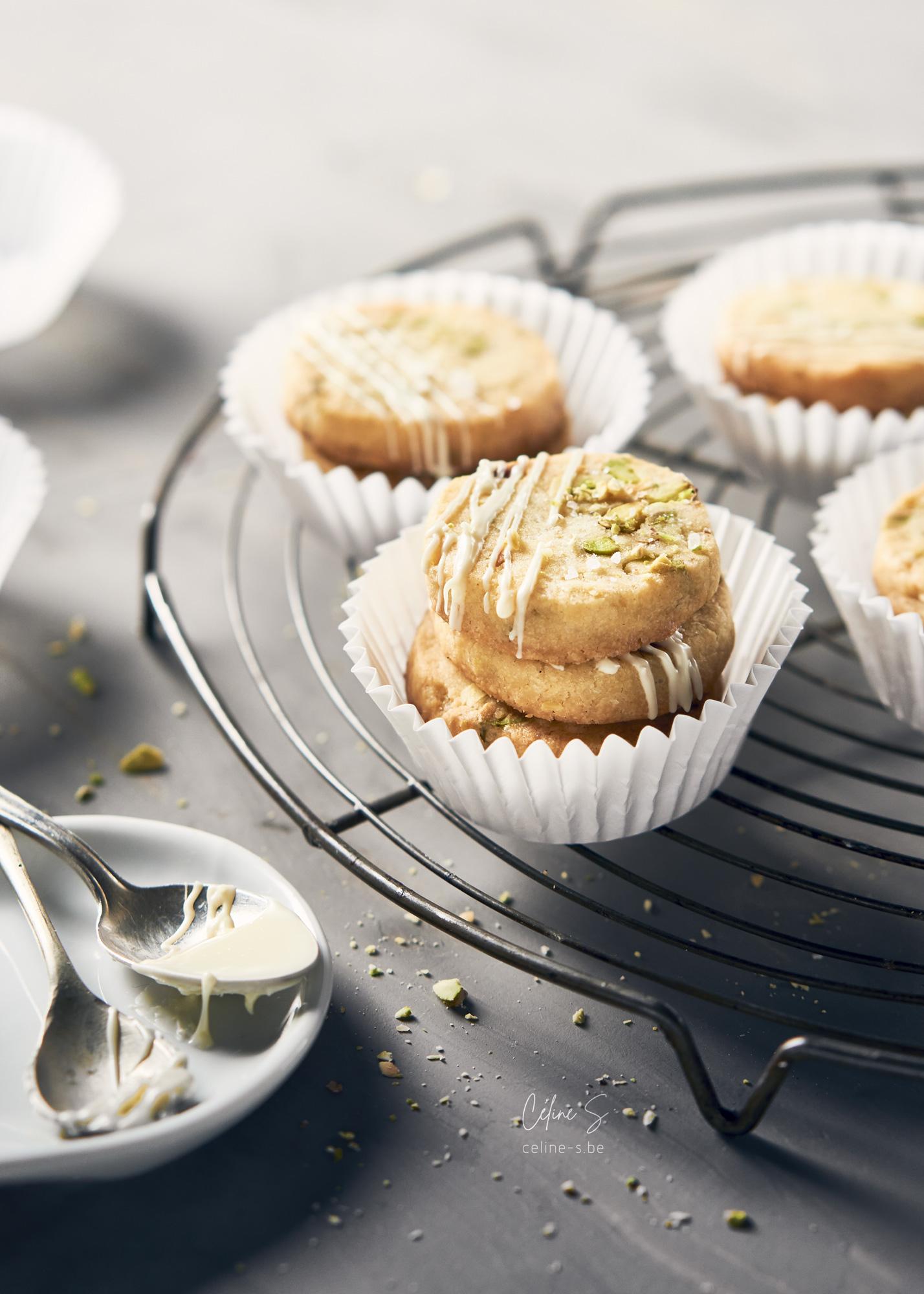 Céline Stiévenard - food photo - photographe et styliste culinaire - photo biscuits sablés pistache et chocolat blanc - Liège, Belgique