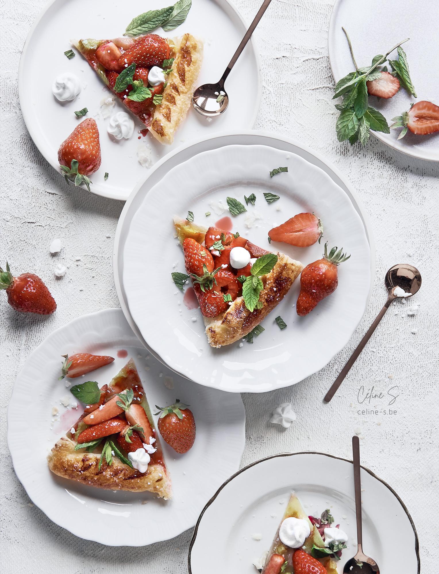 Céline Stiévenard - food photography - photographe et styliste culinaire - photo et recette de tarte ultra rapide à la rhubarbe et aux fraises - parts indivuduelles- Liège, Belgique