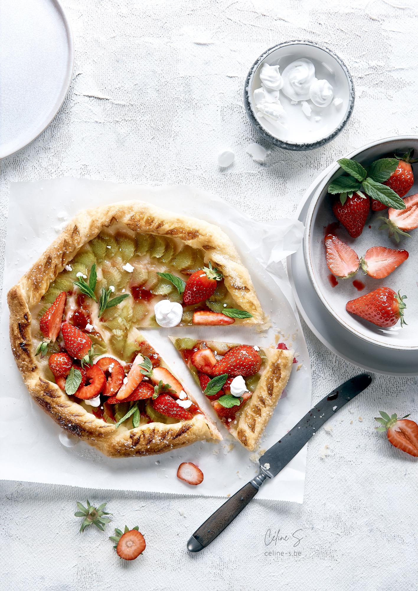 Céline Stiévenard - food photography - photographe et styliste culinaire - photo et recette de tarte ultra rapide à la rhubarbe et aux fraises - Liège, Belgique