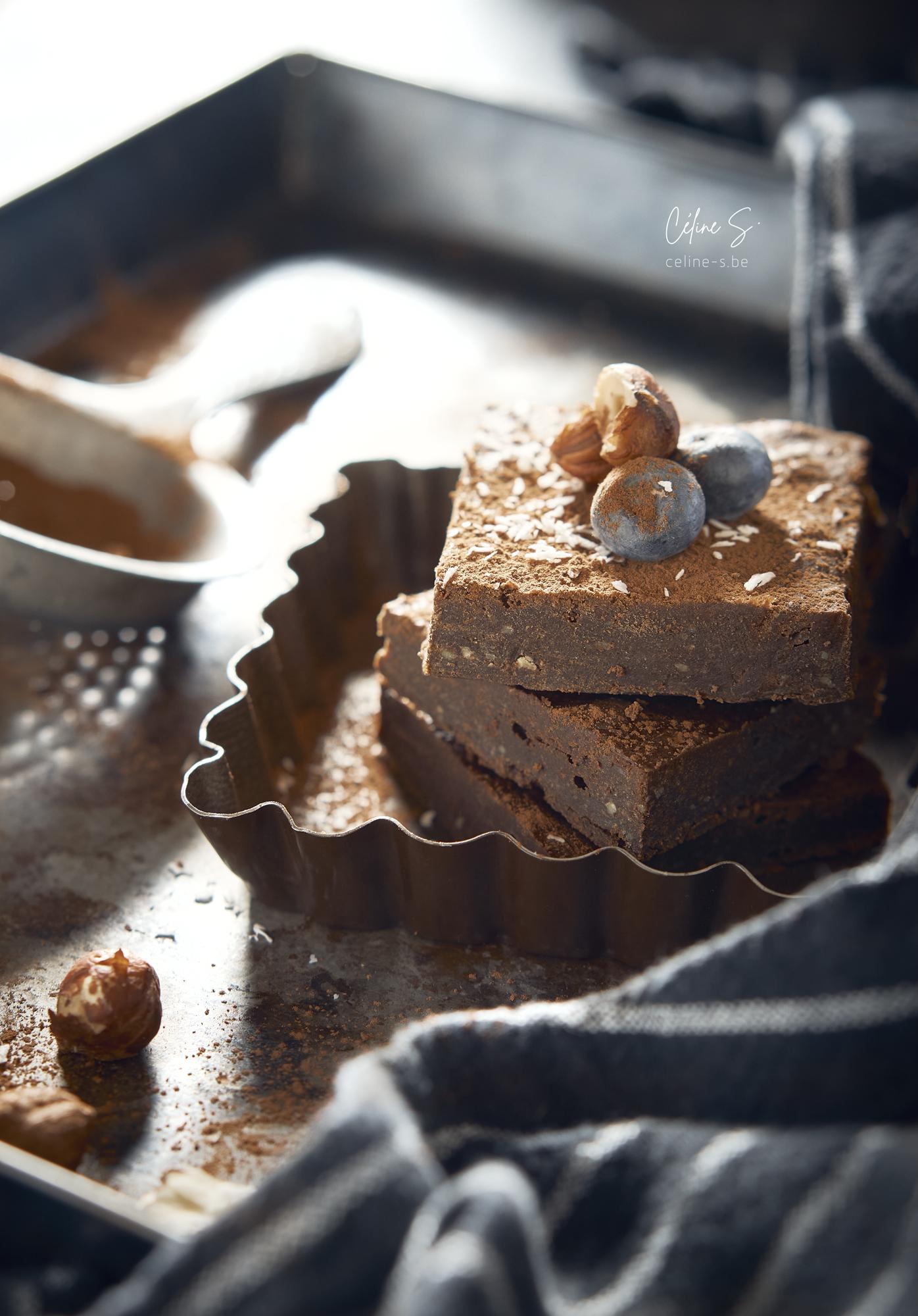 Céline Stiévenard - food photo - photographe et styliste culinaire - photo de gateau brownie au chocolat à la courgette - vue face - Liège, Belgique