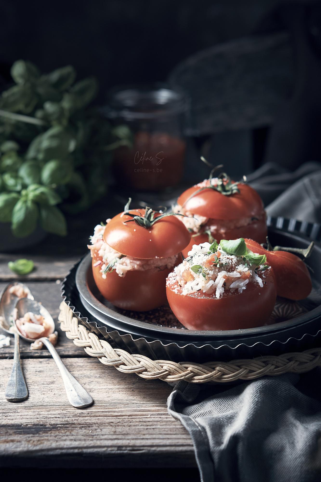 céline Stiévenard - recette et photo tomates farcies à l'italienne au riz - vue face - styliste culinaire food - création de photo food - Liège, Belgique