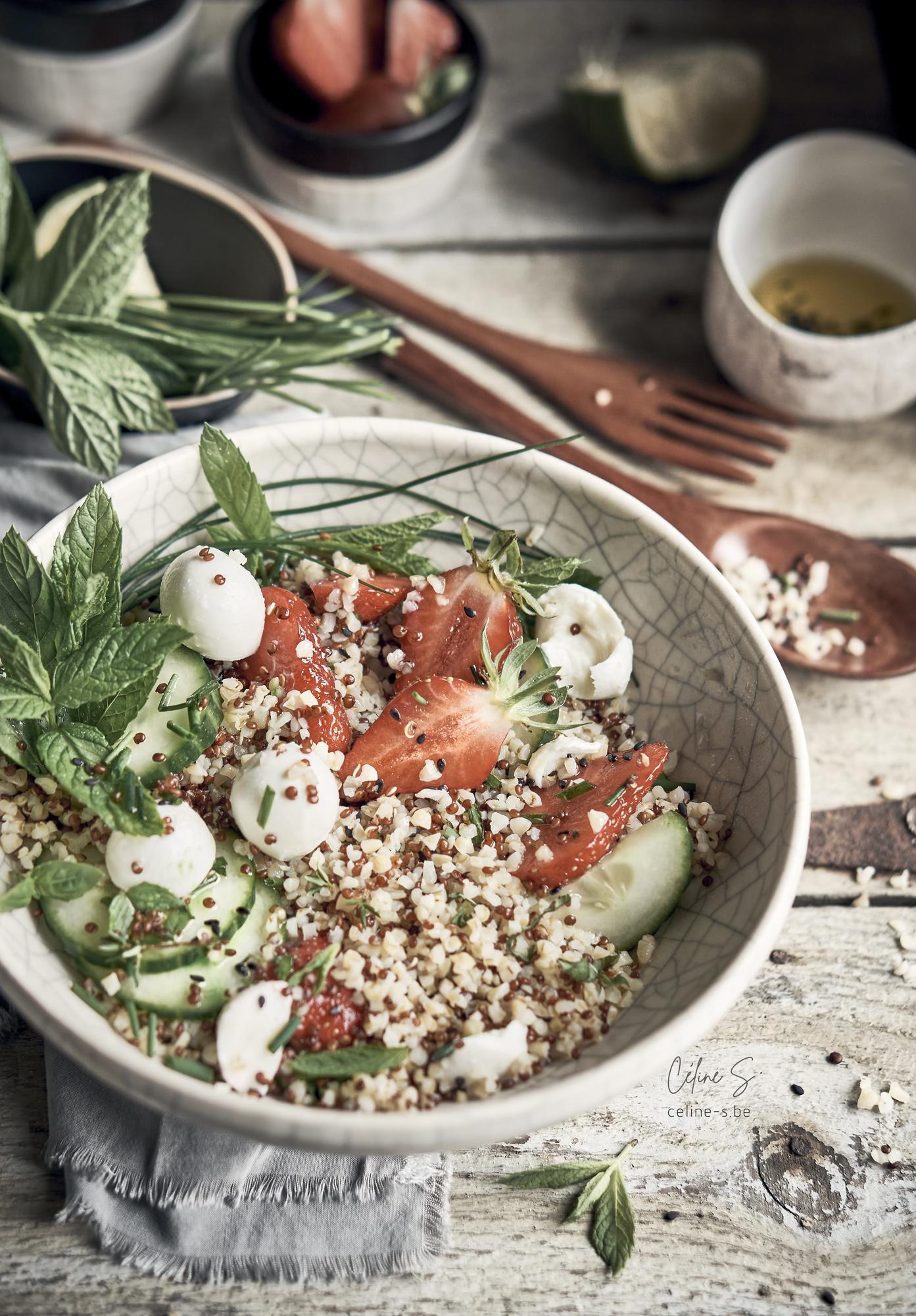 Céline Stiévenard - recette et photo vue perspective de salade boulgour, fraise, kinoa et mozzarella- styliste culinaire food - création de photo food - Liège, Belgique